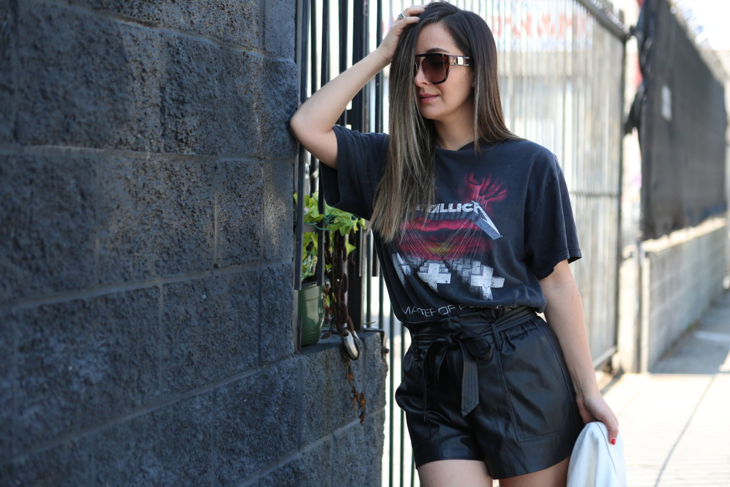 5300b601 I recently got this super cool Metallica graphic tee that I have ben  wearing nonstop. It's honestly so easy to wear with some many different  looks and ...